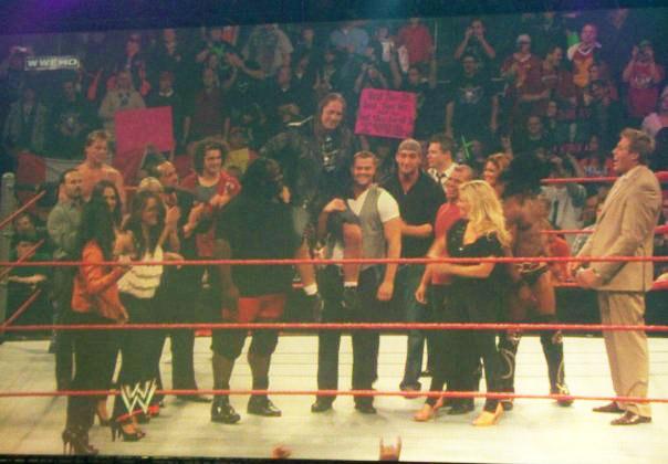 Imagen de la celebración a Bret Hart a finalizar RAW, es notoria la ausencia de gente como Triple H y Randy Orton Bret-hart-en-raw-4-enero-2010