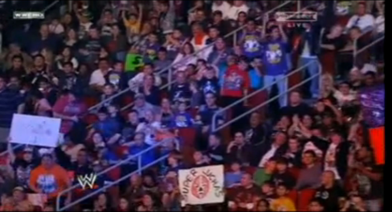 Fanático con cartel de Súper Luchas en el PPV WWE TLC (Tables, Ladders and Chairs) 2010