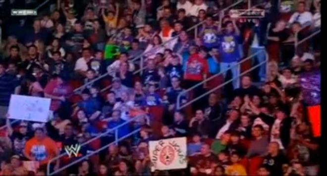 Fanático con cartel de Súper Luchas en el PPV WWE TLC (Tables, Ladders and Chairs) 2010