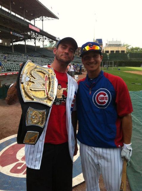 [WWE] - Onde esteve CM Punk? Acm-punk-con-el-wwe-championship-en-el-partido-de-bc3a9isbol-de-los-chicago-cubs