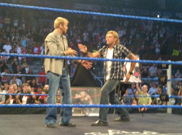 Edge y Christian realizando la clásica Pose de los Cinco Seguntos tras las grabaciones de SmackDown (13.9.11) / Twitter.com/DavidBastlTSN