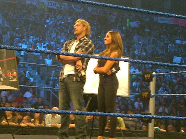 Trish Stratus y Edge tras las grabaciones de SmackDown (13.9.11) / Twitter.com/DavidBastlTSN