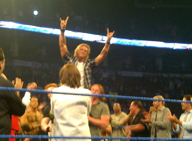 Superstars y Divas de SmackDown celebrando con Edge y el WWE Universe tras las grabaciones de SmackDown (13.9.11) / Twitter.com/DavidBastlTSN
