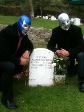 Blue Demon Jr y El Hijo del Santo visitando la tumba de Blue Demon Jr.