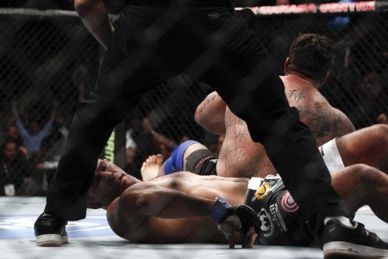 "Frank Mir Rompe el brazo de Antonio ""Minotauro"" Nogueira en UFC 140: Jones vs. Machida / MMAFighting.com"