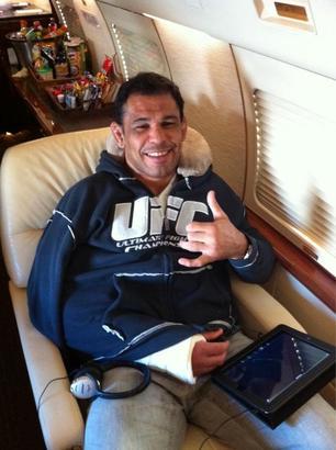 Antonio Nogueira rumbo a Los Ángeles para ser operado del brazo roto por una Kimura aplicada por Frank Mir en UFC 140 (10.12.11) / Twitter.com/DanaWhite