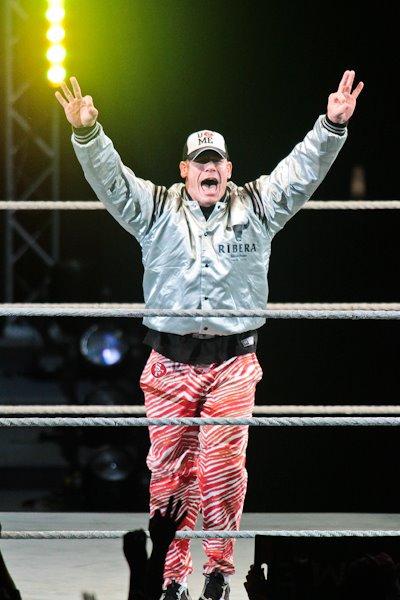 John Cena con el Atuendo de Ribera Steak House en Japón