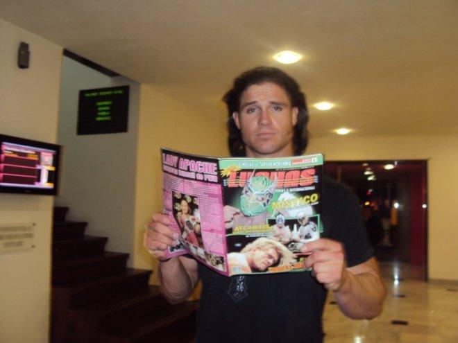 John Morrison lendo as revistas Super Lutas