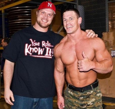 Adam Carriker (con una playera de The Rock) al lado de John Cena /  @bigpoppapump94
