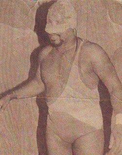 Relámpago Hernández con su personaje enmascarado: Gallo Tapao