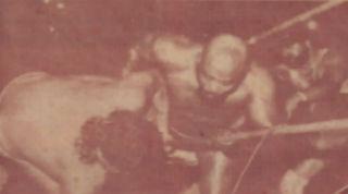 Relámpago Hernández ayuda a Hugo Savinovich a escapar de Jack Veneno
