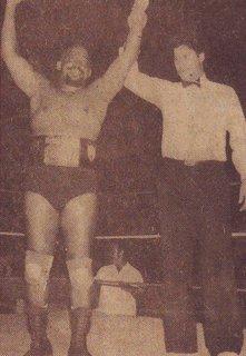 El árbitro El Gran Zapata levanta la mano de Relámpago Hernández