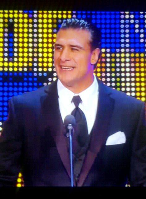 Alberto del Río presenta a su tío Mil Máscaras al WWE Hall of Fame Class 2012 (31.3.12) / Facebook.com/WWE