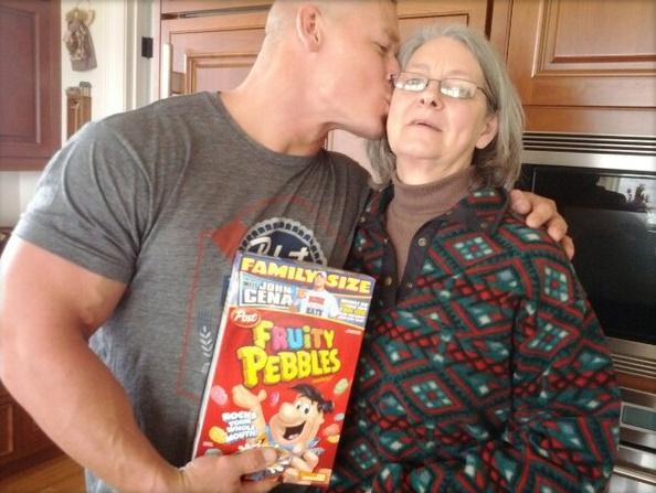 John Cena besa a su mamá (Carol Cena) / Twitter.com/JohnCena