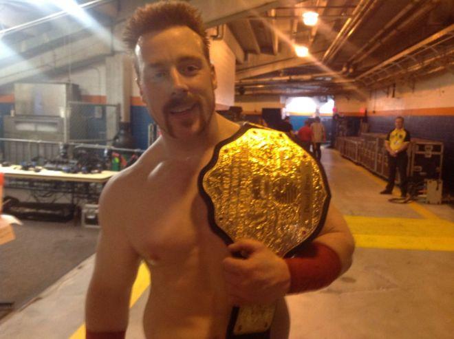 Sheamus con Título de los completos / @WWESheamus