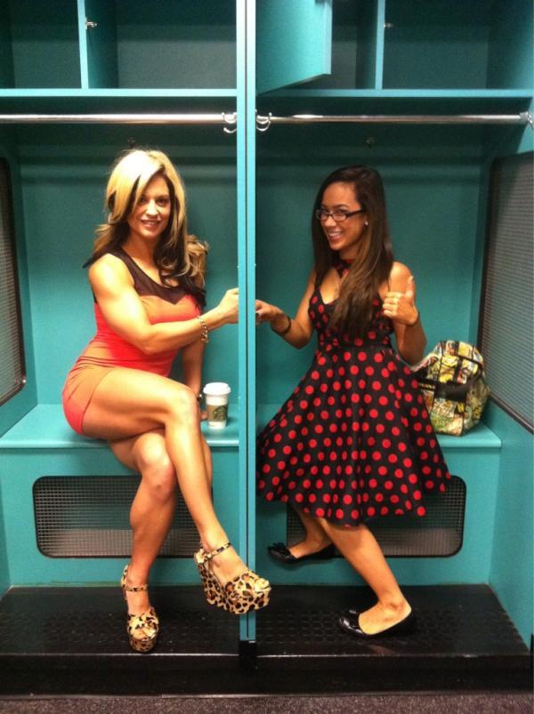 "El saludo de las ""Chickbusters"" (Kaitlyn y AJ) / @KaitlynWWE"