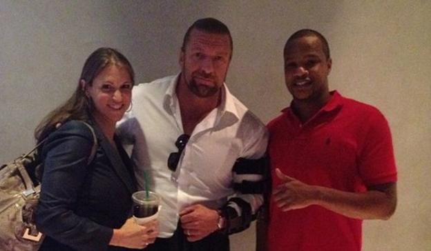 Fotos de HHH con su brazo lesionado por Lesnar en la pelea de Mayweather - Stephanie McMahon acompaña también al luchador