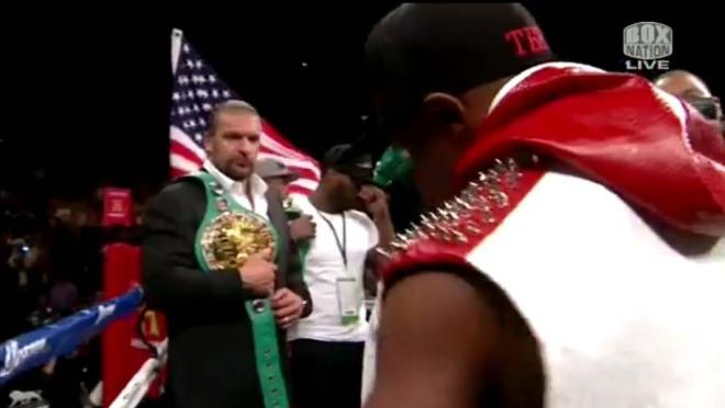 Fotos de HHH con su brazo lesionado por Lesnar en la pelea de Mayweather
