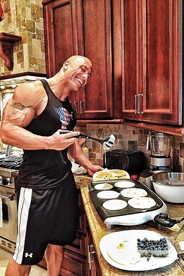 The Rock cocinando hotcakes / @TheRock
