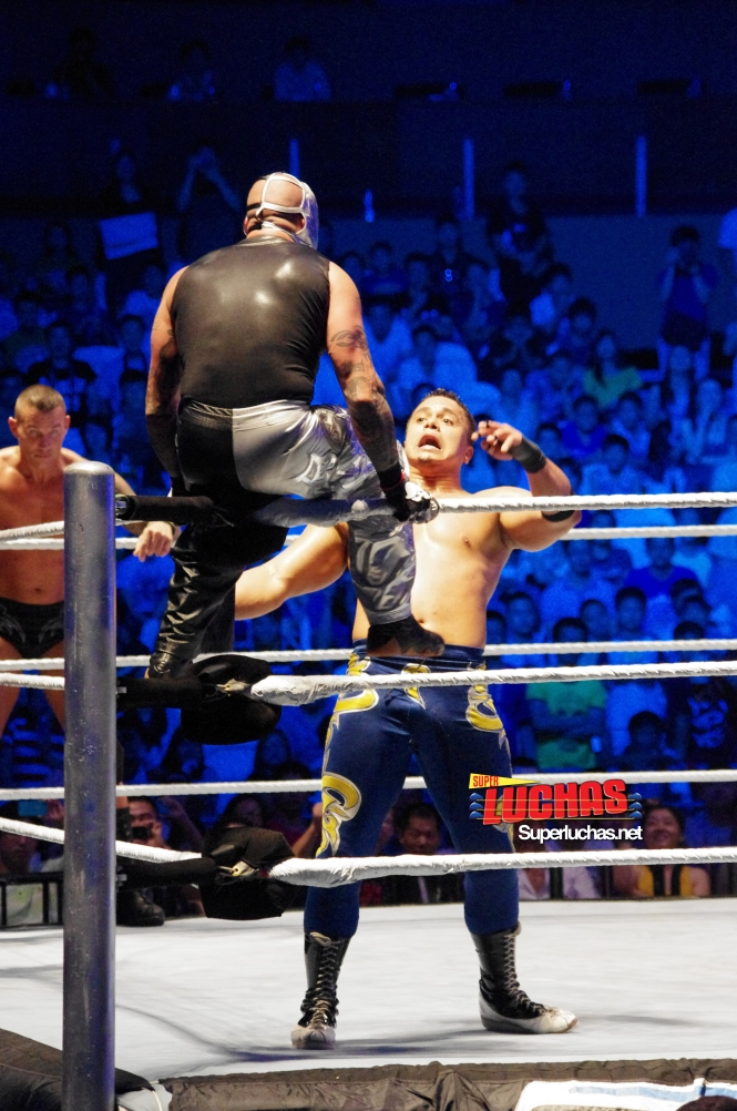 Rey Mysterio sorprende en el esquinero a Primo en Shanghai, China / Photo by @CruzPan – Authorized to Superluchas.net