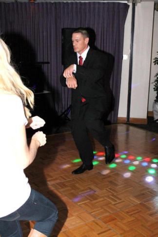 """John Cena haciendo el Paso del Caballo del """"Oppa Gangnam Style"""" de PSY en la reunión a la que asistió con Nikki Bella (23/11/2012)"""