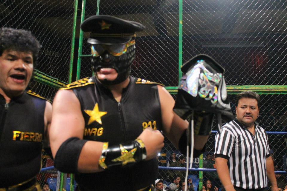 Oficial 911, tras ganar la máscara de Factor en la Prisión Fatal / Arena Naucalpan - 2 de dic. de 2012 / Imagen by IWRG Arena Naucalpan en Facebook