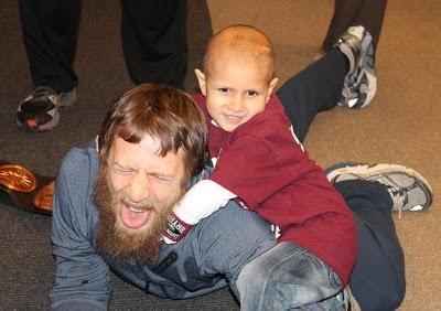 Historia Navideña: Daniel Bryan hace realidad sueño de un niño con cancer