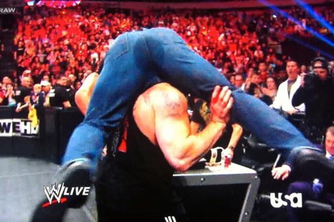 Los pantalones mojados de Triple H - WWE RAW