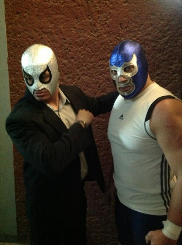 LaGranSorpresa Blue Demon Jr firma con AAA   Axel el nieto del Santo ... 002116a2e672e