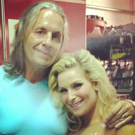 Natalya y Bret Hart en Raw // imagen por Twitter @NatbyNature