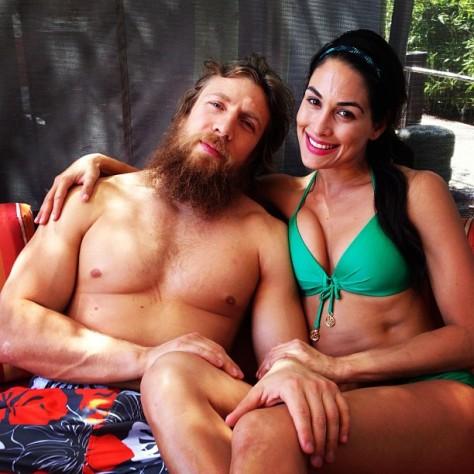 Daniel Bryan y Brie Bella en la alberca // Imagen por Instagram BellaTwins