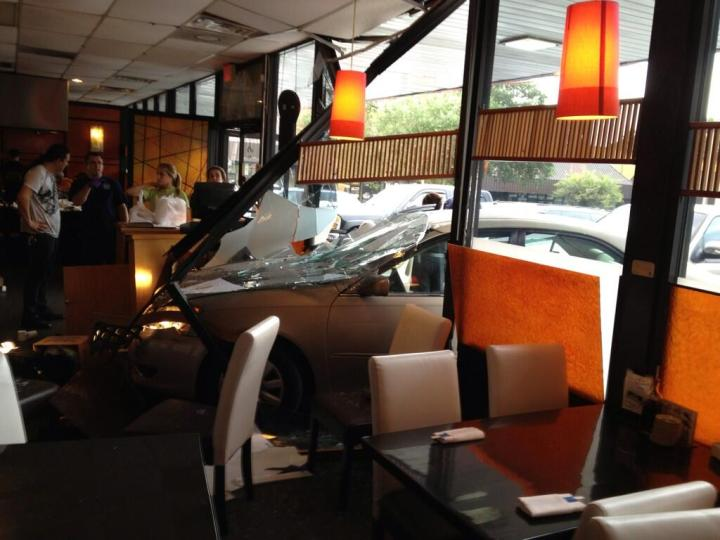 Restaurante destruido por automovil. Rob Van Dam se encontraba a unos metros del incidente.