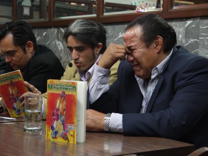 """Villano III llora mientras Dán Lee narra """"Función Monstruo"""" / Foto de Carlos Acosta"""